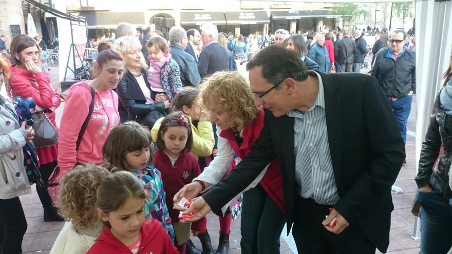 Eva Díaz Tezanos y José Manuel Cruz Viadero reparten caramelos en el cierre de campaña del PSOE.