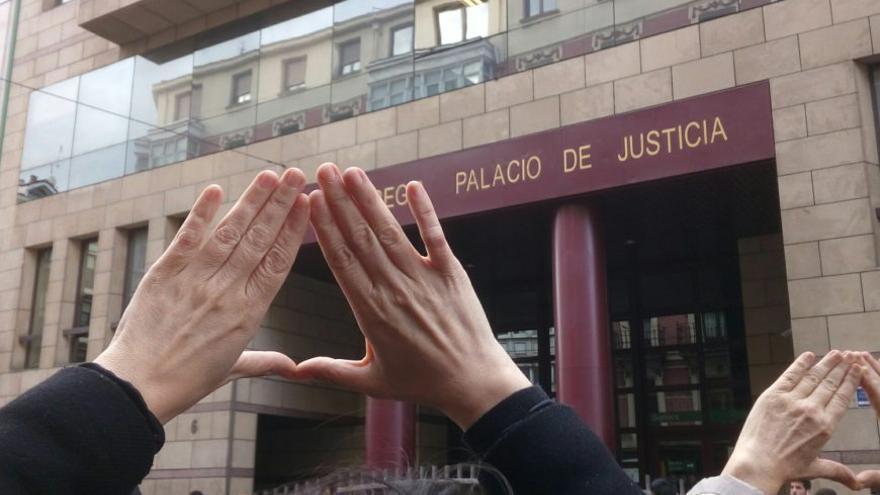 Protesta ante el Palacio de Justicia de Bilbao.