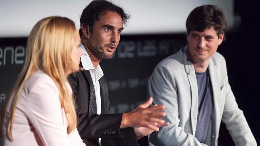 Hervé Falciani (c), junto al diputado de la Asamblea de Madrid por Podemos, Miguel Ongil (d) y a la diputada de Podemos en Canarias Noemí Santana