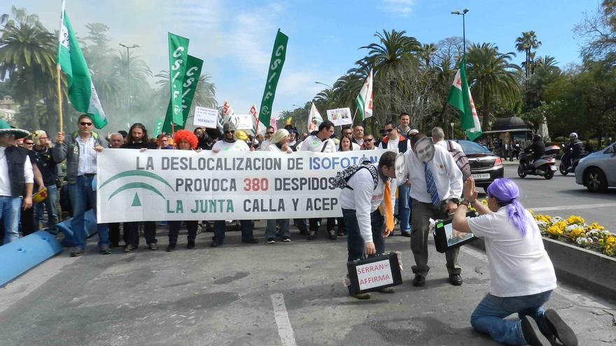 Más de 200 trabajadores de Isofotón acuden a la manifestación en protesta por el ERE