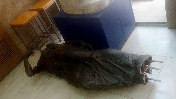 El cuerpo de la estatua permanece en la entrada de la Escuela de Artes y Oficios | Foto: Somos Malasaña