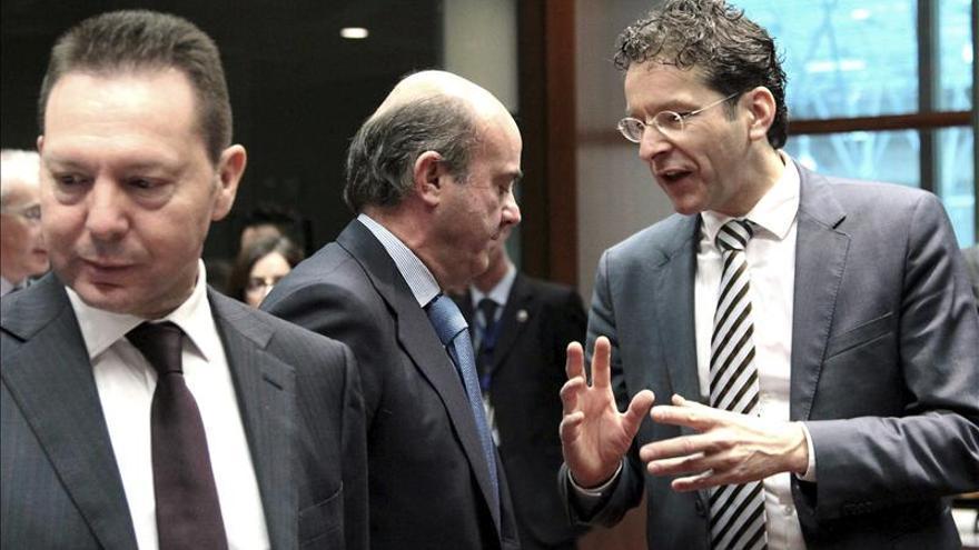Dijsselbloem habla con De Guindos en una reunión del Eurogrupo.