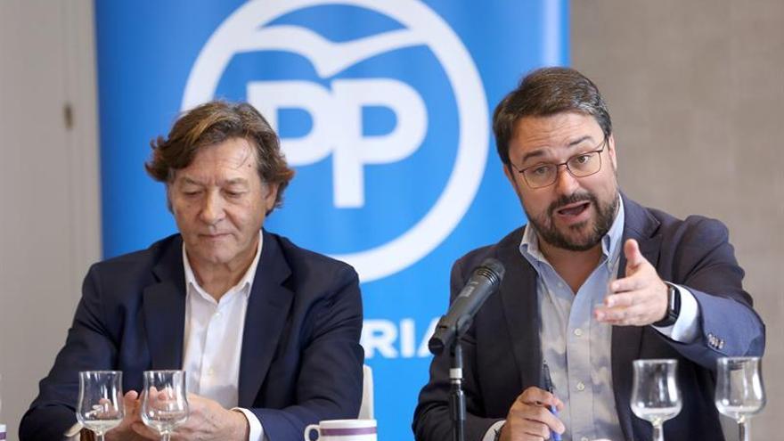 El expresidente del Consejo Superior de Deportes José Ramón Lete y el presidente del Partido Popular de Canarias, Asier Antona.