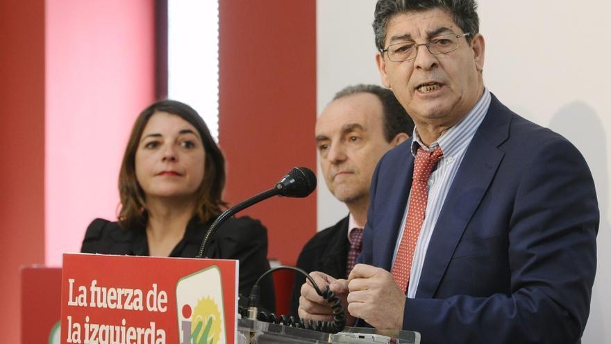 Valderas, junto a los exconsejeros de IU en su primera comparecencia tras la ruptura del pacto en la Junta/ Raúl Caro/EFE