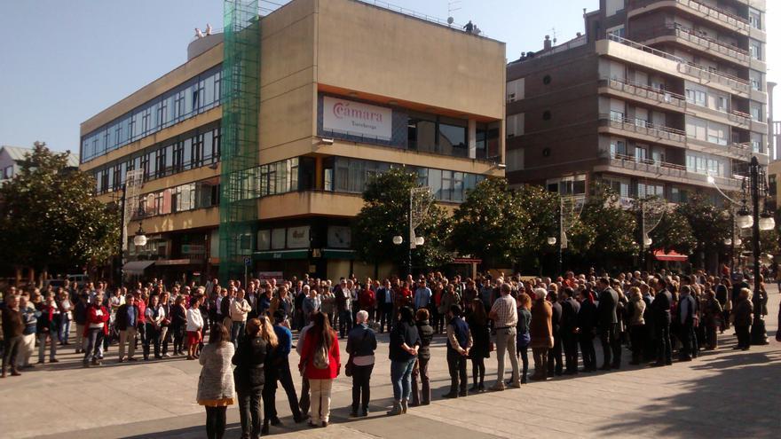 Ciudadanos de Torrelavega se han acercado al Bulevar Demetrio Herrero para mostrar su repulsa ante los ataques del pasado viernes.
