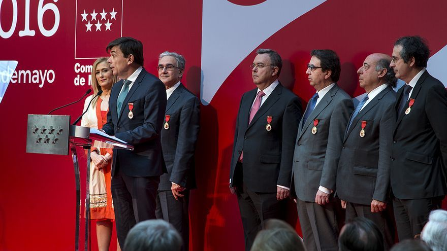 Cristina Cifuentes junto a varios de universidades públicas madrileñas