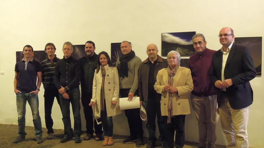 Anselmo Pestana (derecha), acompañado por María Victoria Hernández, entregó los diplomas a los premiados en la sexta edición del Concurso Internacional de Astrofotografía La Palma.