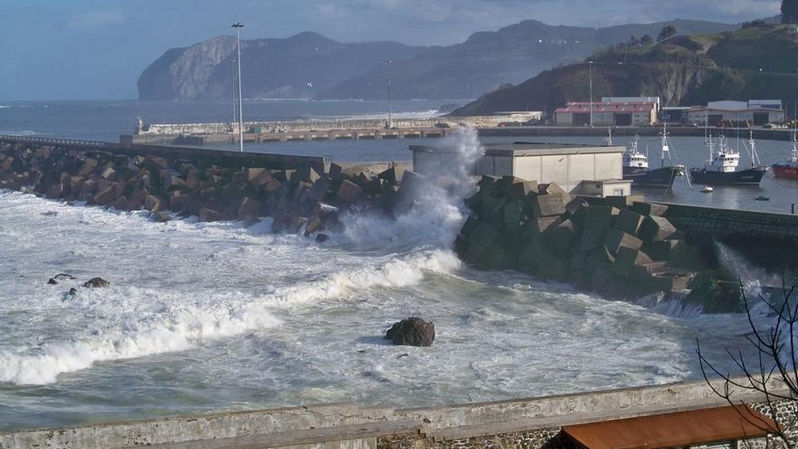 Activado para este domingo en Euskadi el aviso amarillo por fuertes vientos y por olas de hasta 4 metros en la costa