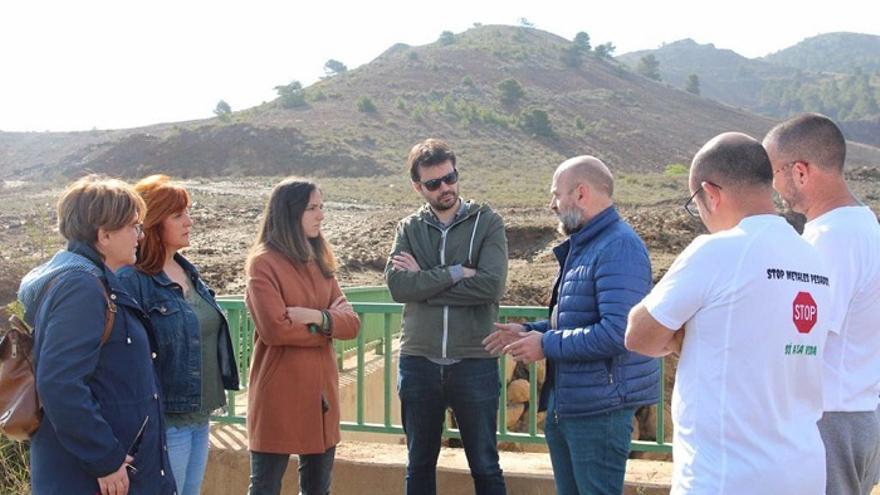 Ione Belarra (i) y Javier Sánchez Serna (c) en el Llano del Beal (Cartagena)