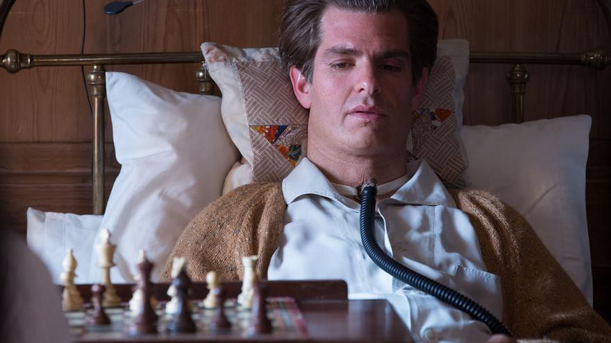 El actor Andrew Garfield en una de las imágenes promocionales de 'Breathe', el debut como director de Andy Serkis
