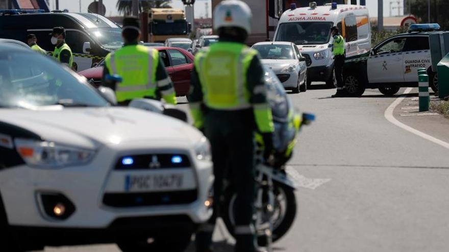La Guardia Civil durante un control a la A-3, en Valencia dirección Madrid este viernes.
