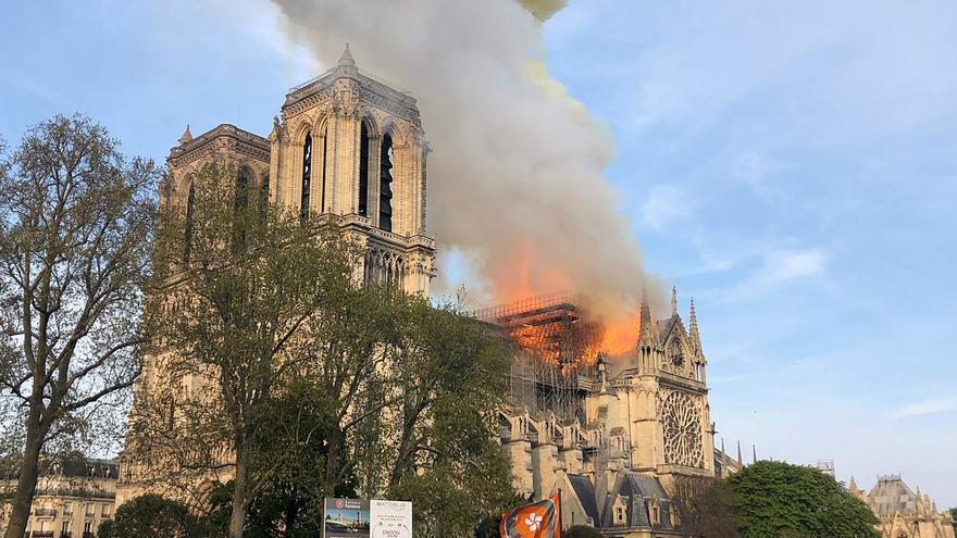 La catedral de Notre-Dame, ya sin la aguja principal, que se derrumbó a causa del incendio.