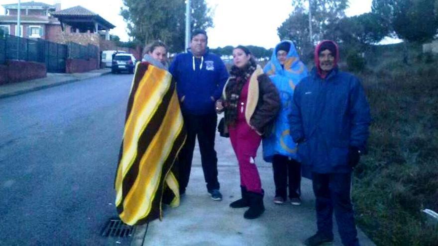Mantas, abrigos y gorros para combatir el frío en las ncches de invierno en la acampada