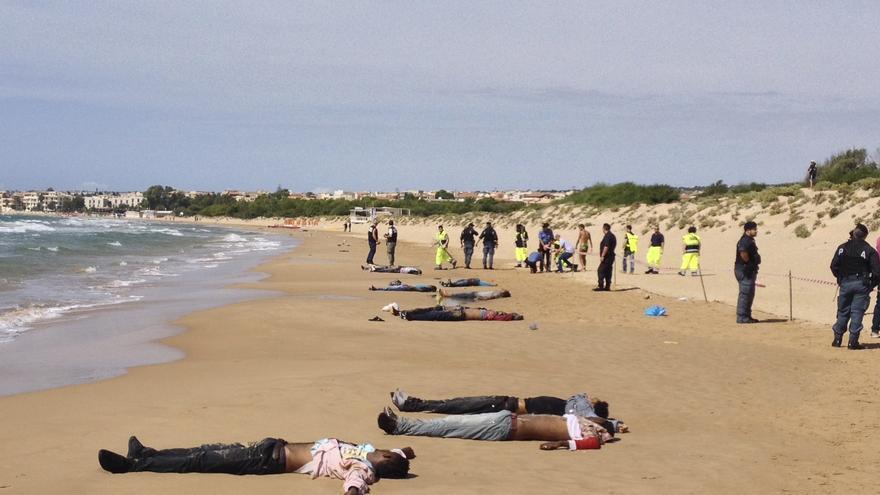 Cuerpos de un grupo de inmigrantes que se ahogaron al intentar llegar a la orilla de Sicilia, días antes del naufragio de Lampedusa. / AP