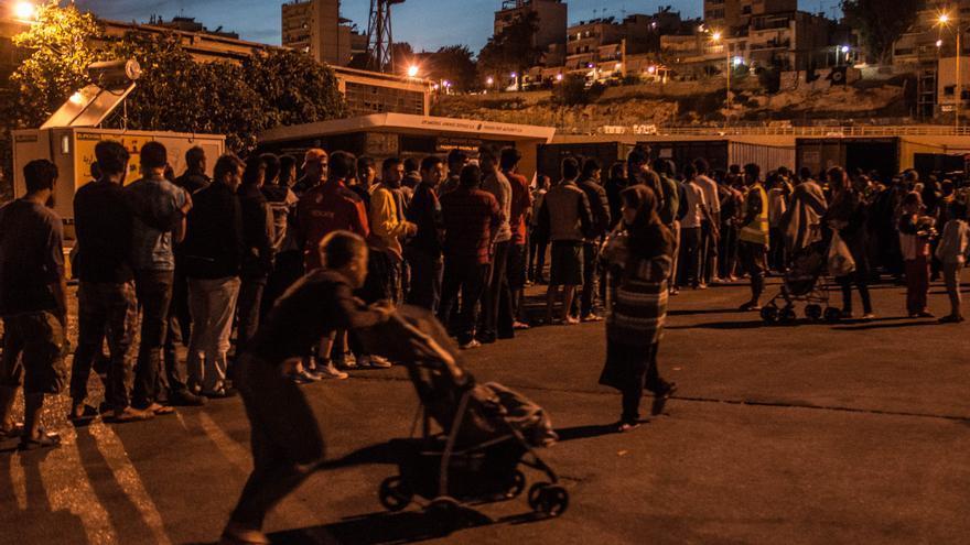 Reparto de raciones de comida en El Pireo (Ankor Ramos)