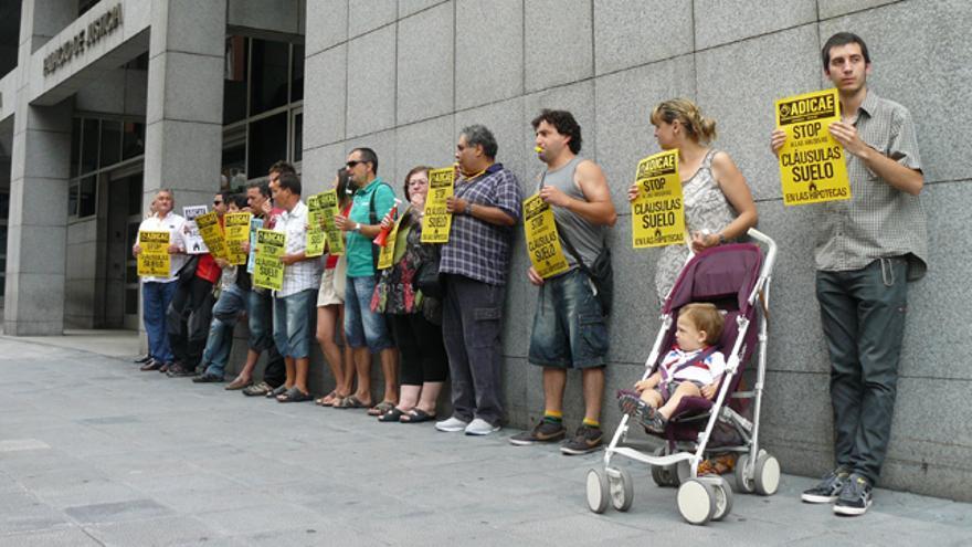 Afectados por las cláusulas suelo de las hipotecas se concentran en los juzgados de Bilbao. / G. A.