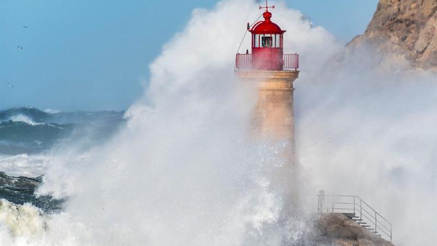 Nieve e intenso oleaje ponen en alerta a doce provincias de ocho comunidades