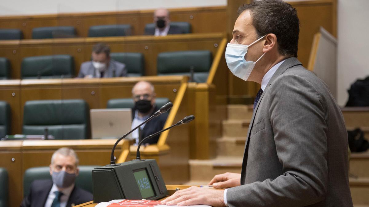 El portavoz socialista, Ekain Rico, este jueves en el debate parlamentario