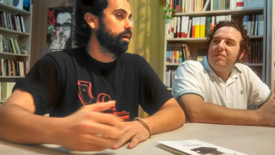El poeta Adrián Bernal, a la izquierda de la imagen