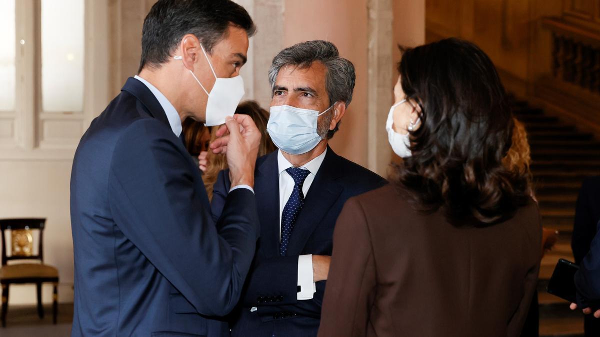 El presidente del Gobierno, Pedro Sánchez, conversa con el presidente del Consejo General del Poder Judicial (CGPJ), Carlos Lesmes, y la ministra deJusticia, Pilar Llop.