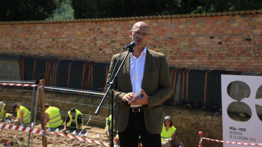 El conseller Raül Romeva interviene durante el acto de exhumación