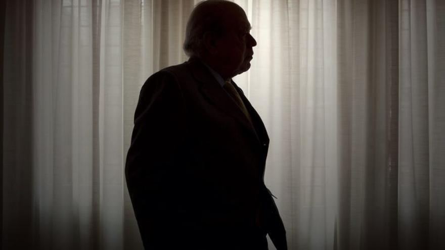 La silueta del expresident Jordi Pujol ante una ventana / EDU BAYER
