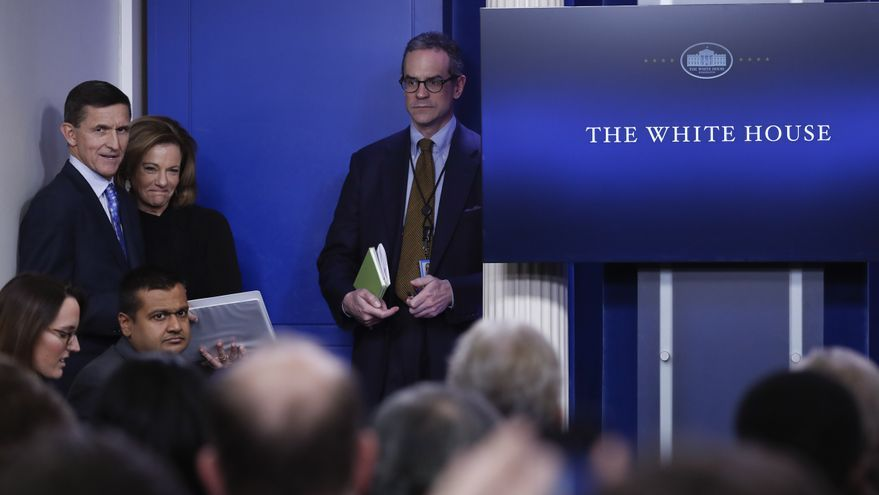 Michael Anton, a la derecha, junto al exasesor de seguridad nacional, Michael Flynn, durante la rueda de prensa diaria de la Casa Blanca el día 1 de febrero de 2017.