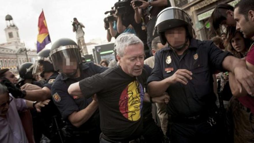 El profesor Jorge Verstrynge es detenido el día de la proclamación del rey Felipe VI. Foto: EFE