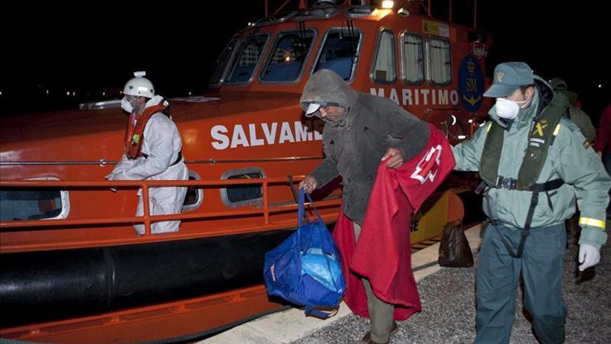 Llegan en buen estado los 10 inmigrantes interceptados en costa de Granada