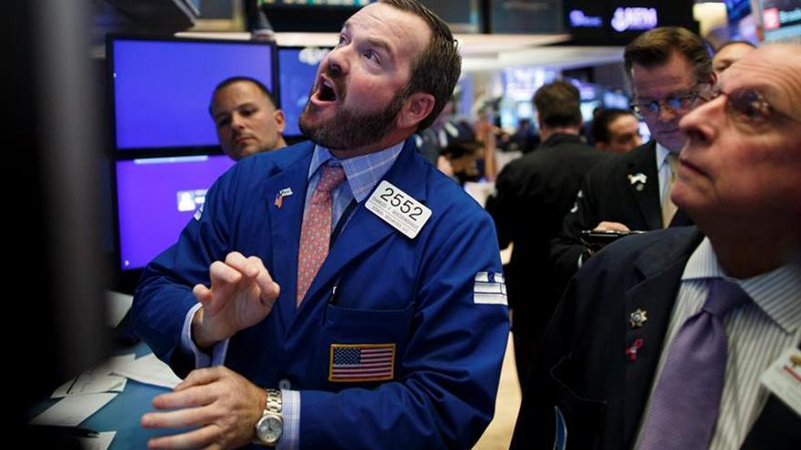 Agentes trabajan este 9 de noviembre en la Bolsa de Nueva York tras conocerse anoche la victoria del republicano Donald Trump en las elecciones presidenciales.