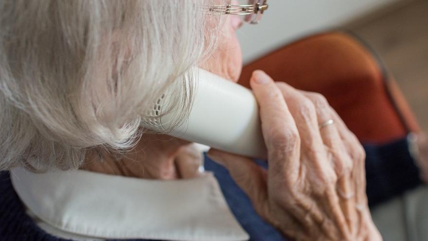 Una persona mayor llama el teléfono de la soledad (Imagen de archivo).