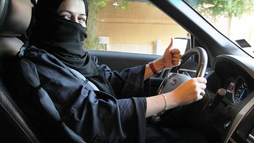 Las mujeres saudíes podrán conducir vehículos en 2018 gracias a una orden real
