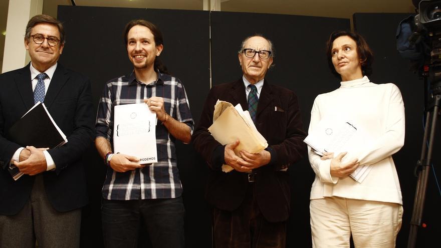 Pablo Iglesias y Vicenç Navarro, en la presentación de una guía económica para Podemos en noviembre de 2014.