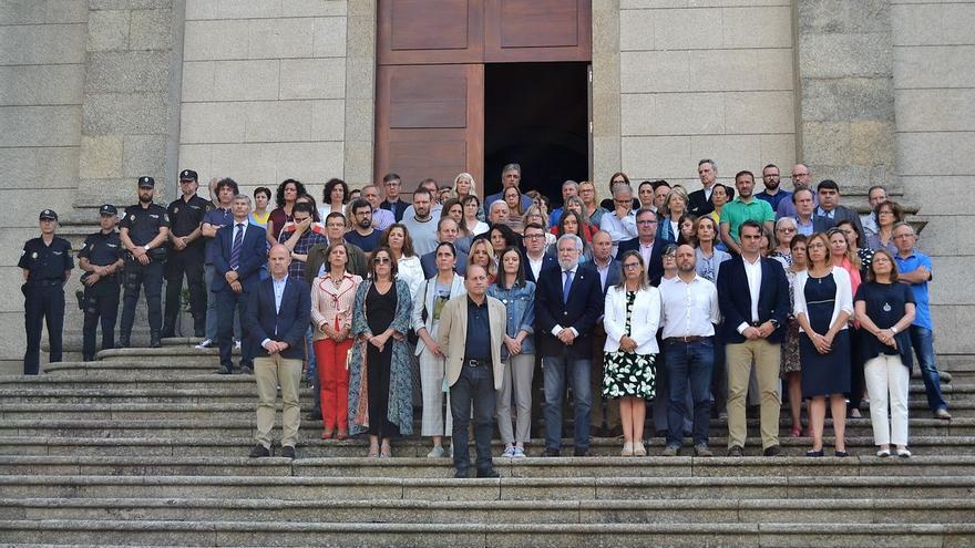 Concentración en repulsa por los asesinatos de Valga en la escalinata principal del Parlamento de Galicia