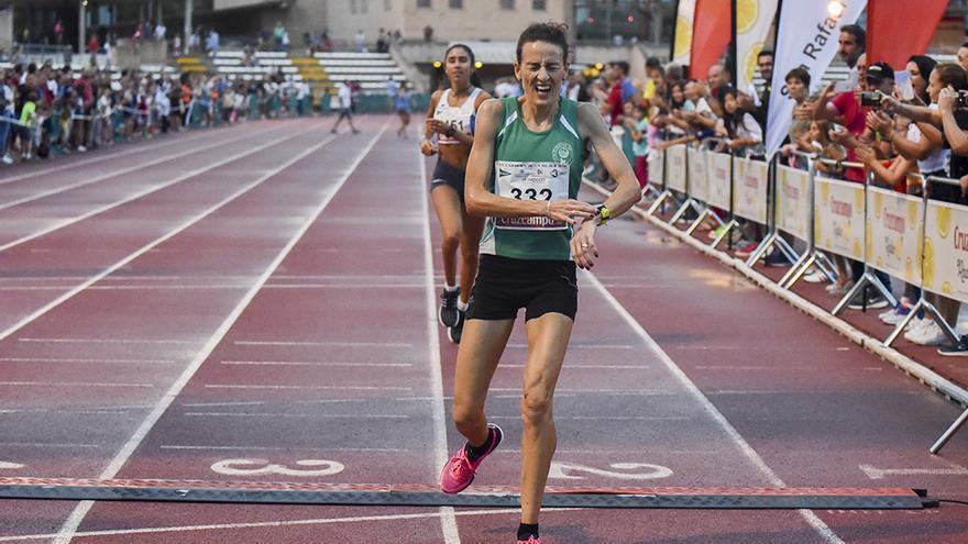 Inma Moynano entra como vencedora en la meta de El Fontanar   TONI BLANCO