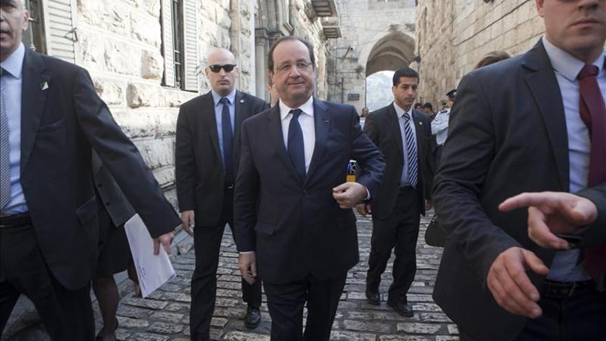 """Hollande rechaza los asentamientos judíos y exige """"hechos"""" a Irán"""