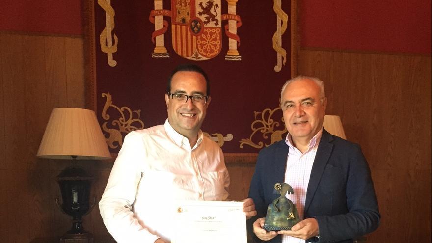 Pedro Montesino y el director insular, Miguel Ángel Morcuende.