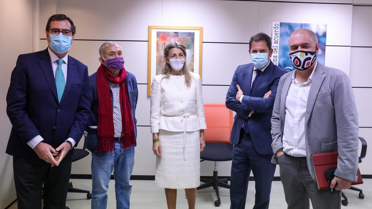 (I-D) El presidente de CEOE, Antonio Garamendi; el líder de UGT, Pepe Álvarez; la ministra de Trabajo, Yolanda Díaz; el presidente de Cepyme, Gerardo Cuevas; y el líder de CCOO, Unai Sordo.