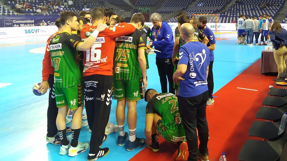 Paco Bustos instruye a sus jugadores.