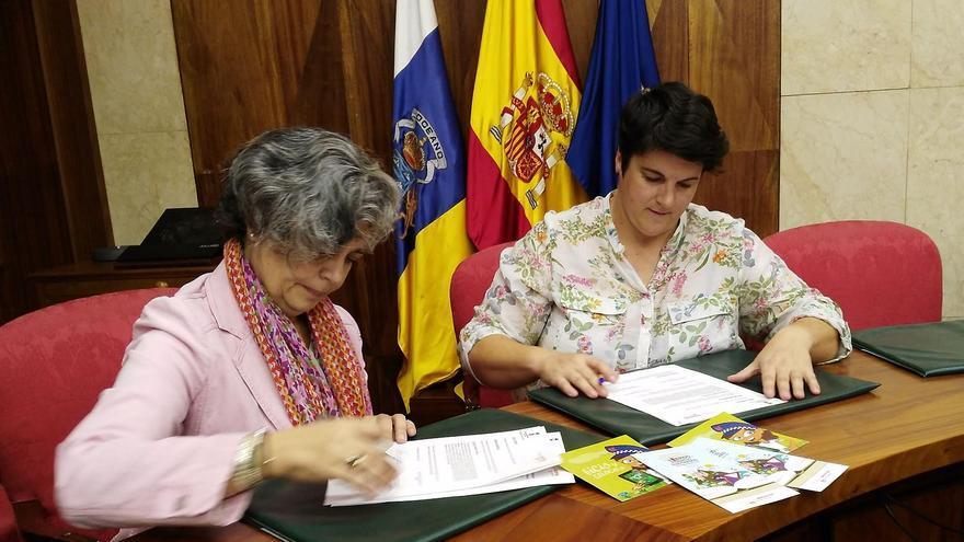 María de los Ángeles Caubin  (i) y Ascensión Rodríguez en la firma del convenio.