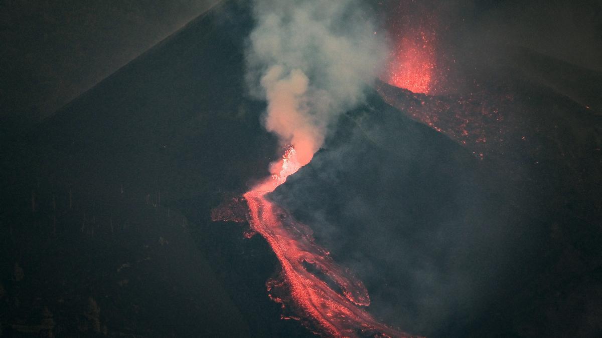 El volcán de La Palma vuelve a lanzar lava después de unas horas de calma