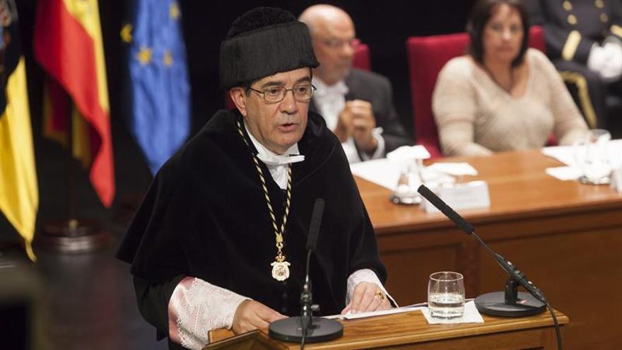 El rector de las Universidad de La Laguna (Tenerife), Antonio Martinón, pronuncia su discurso durante el acto inaugural de la Universidad de La Laguna.