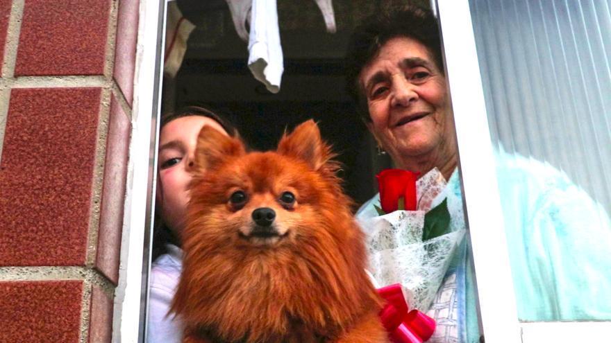 El 'superhéroe' Marcos usó el parkour para dejar a una señora, su nieta y su perrita una rosa en la ventana