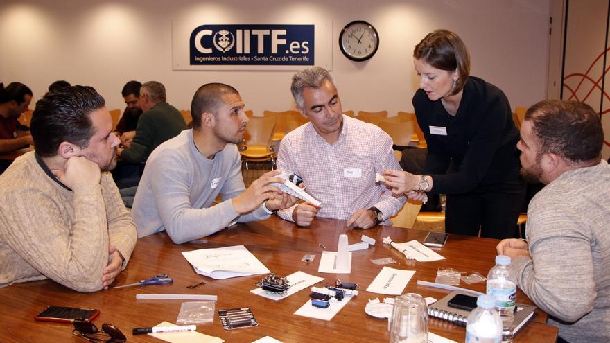 Un grupo de profesores asistentes al encuentro celebrado en el Colegio de Ingenieros Industriales.