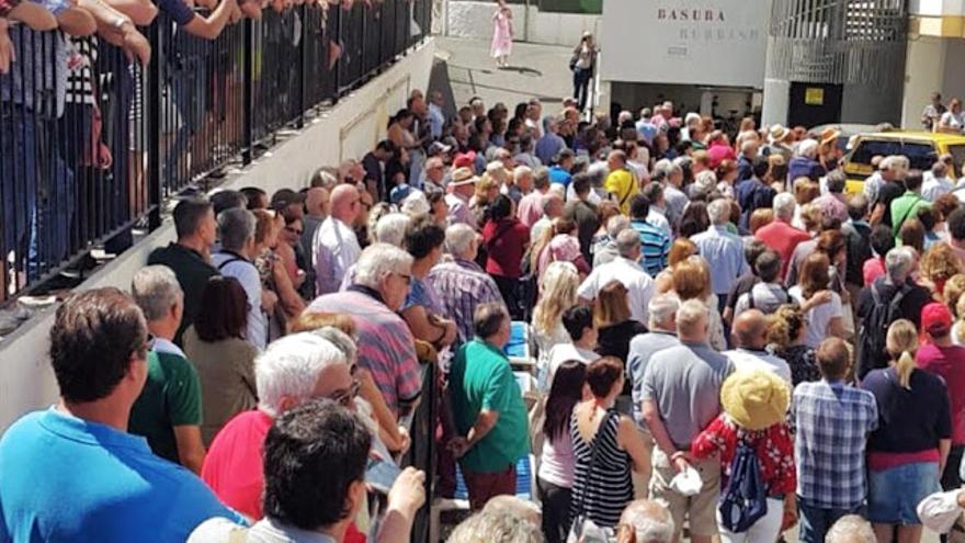La última asamblea de la PALT en Playa del Inglés se desbordó y ocupó la calle.