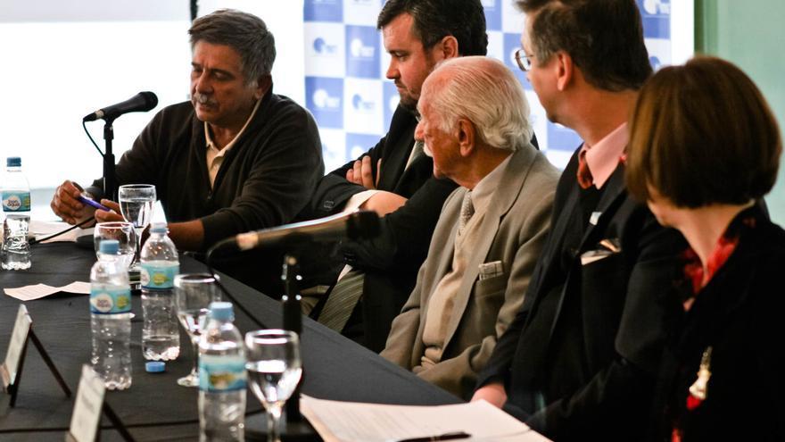 Carlos Slepoy (i) durante un acto de la Fundación Internacional Baltasar Garzón en Buenos Aires.