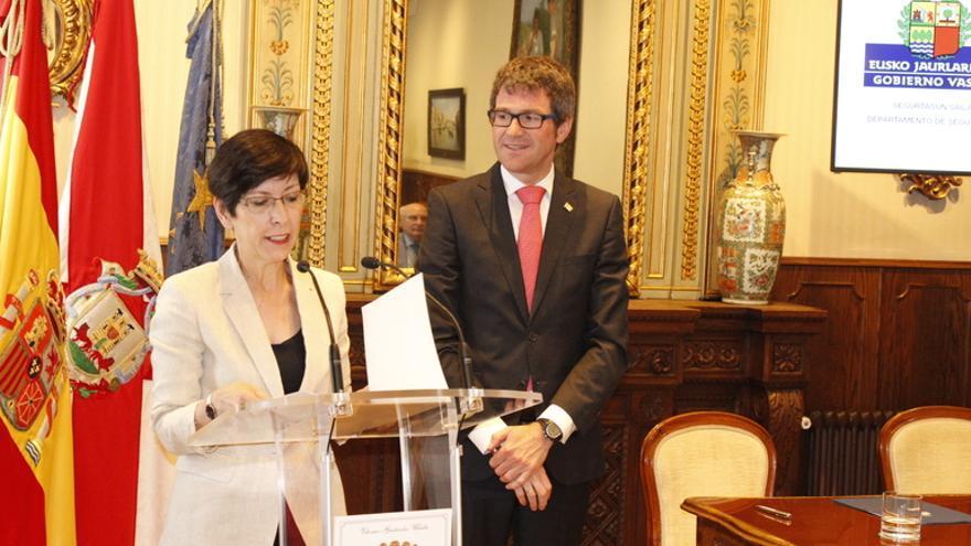 Estefanía Beltrán de Heredia, con el alcalde de Vitoria, Gorka Urtaran