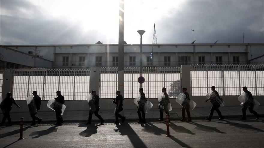 Investigan una reyerta con dos muertos y 18 heridos en una cárcel de Atenas
