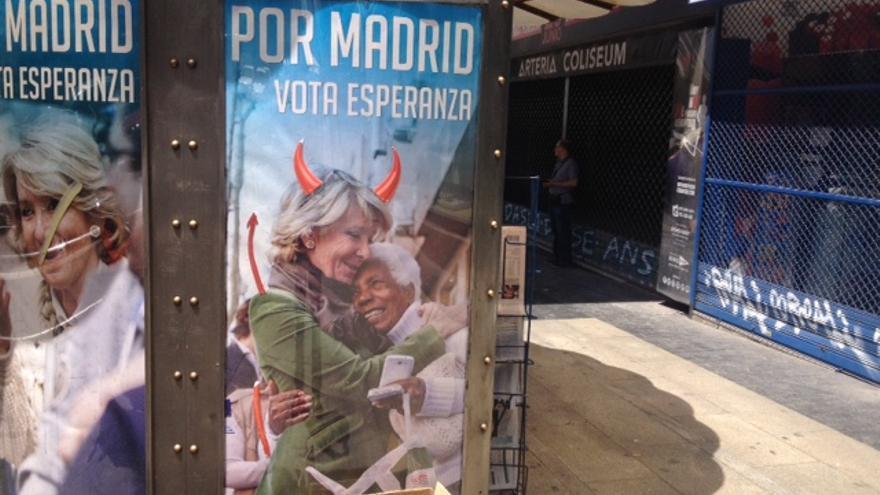 El cartel alterado de Esperanza Aguirre en un quiosco de Madrid.