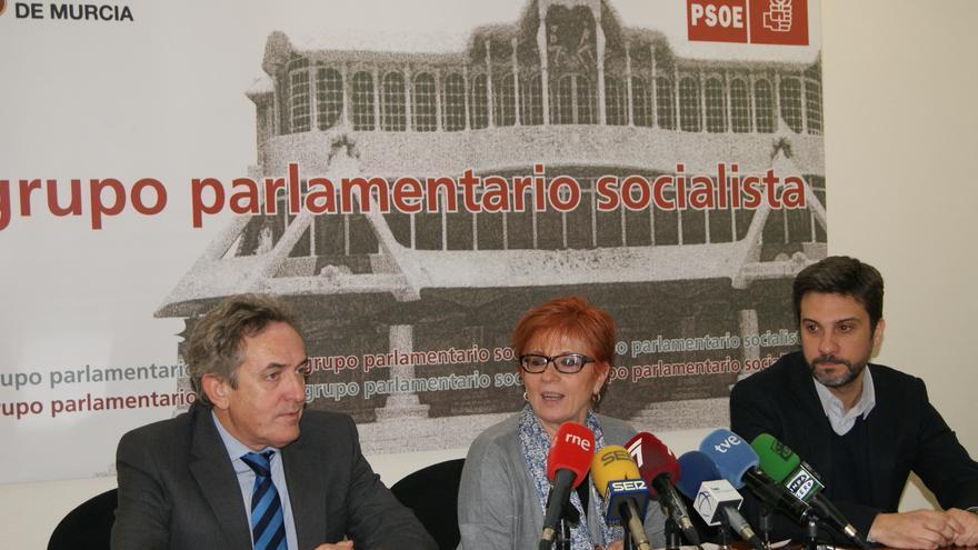 Francisco J. Oñate a la izquierda, junto a Begoña García Retegui y Joaquín López en una imagen de archivo